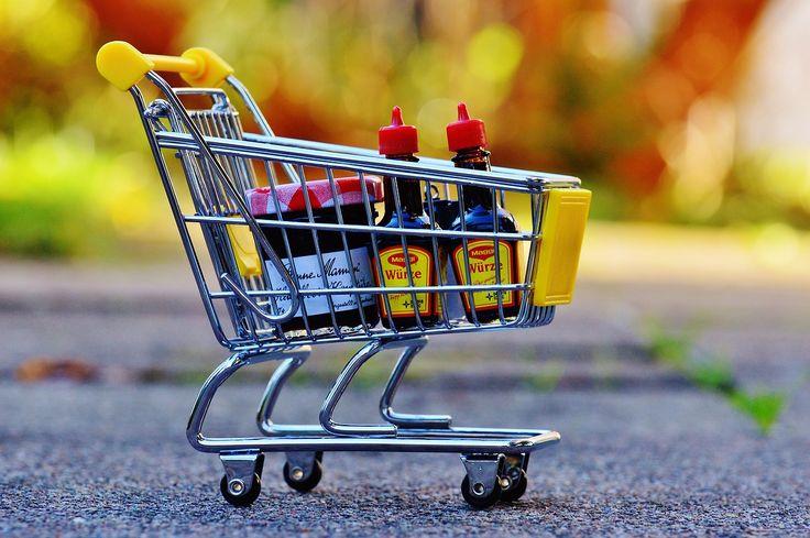 Een goedkope supermarkt vinden is een slimme, maar zeker niet de enige manier om te besparen op je boodschappen. Ik heb al eens geschreven hoe wij ons eigen boodschappenbudget halveerden. Nu we dat al een tijdje volhouden, merk ik (zeker na de vakantie) dat we soms ongemerkt toch weer wat meer geld uitgeven aan boodschappen dan we gepland hadden. We kopen wat meer extraatjes, we gaan net wat vaker naar de supermarkt, dat soort dingen. Daarom hierbij vijf slimme tips om je boodschappenbudget…