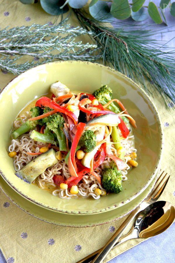 ヌードルを用意している間に、蒸して、炒めたお野菜と合わせるだけ、ココナッツミルクとカレー風味の手早く美味しいスープ焼きそばです。