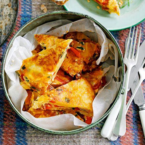 Pittige chorizo en zoete paprika gaan hand in hand in deze smaakvolle tortilla. Serveer met guacamole.    1. Verwarm de oven voor op 180 °C.    2.Verhit 2 el olie in een grote ovenvaste koekenpan (30 cm) en laat de aardappel, ui en...