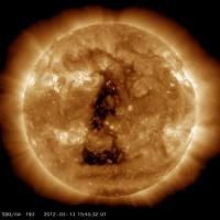 """REGISTRATA DALLA NASA E DALL'AGENZIA METEO STATUNITENSE    Un buco che all'occhio risulta quasi perfettamente triangolare anche se potrebbe trattarsi di un effetto ottico.L'anomalia e' probabilmente causata dai venti solari,con una zona che appare più scura.L'anomalia si distingue per la precisione con cui sembra disegnare un triangolo isoscele.L'ipotesiè quella di un classico """"Coronal Hole""""... http://ilfattaccio.org/2012/03/14/curiosa-anomalia-nella-corona-solare-foto/"""