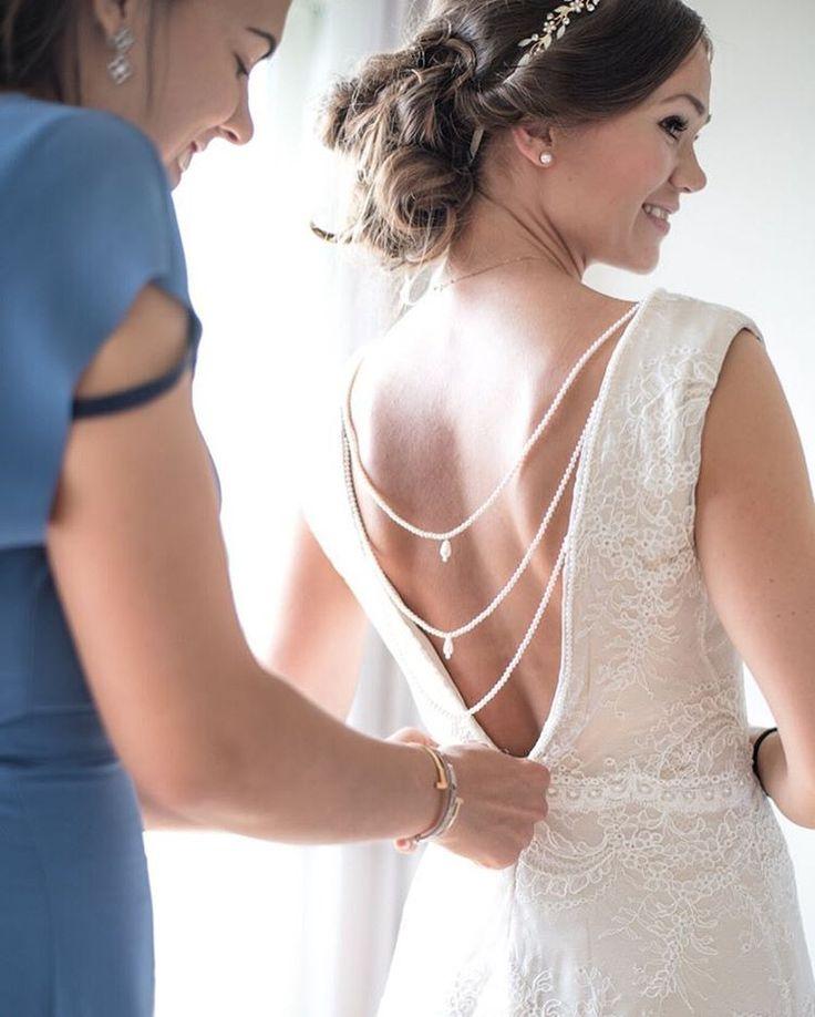 Das Styling vor der Hochzeit ist aufregend und meist sehr emotional. Da sollte die beste Freundin an der Seite nicht fehlen… . . . . . #weddingphotography #styling #herecomesthebride #weddingdress #hochzeitsfotografie #brautstyling #hochzeitskleid...