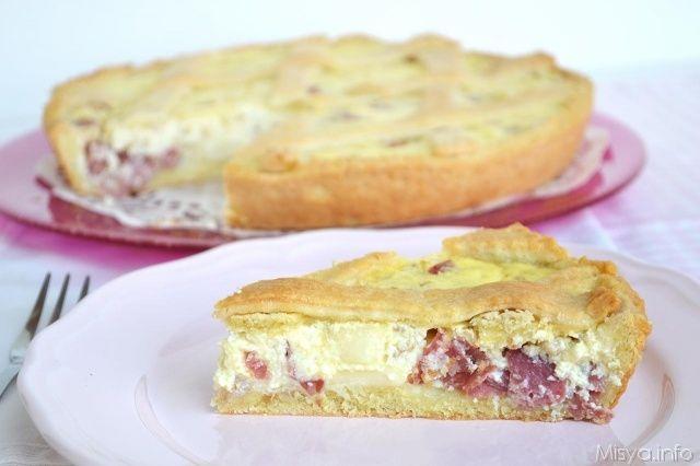 La pastiera salata è la versione rustica della più famosa e classica pastiera napoletana dolce. La base anche in questo caso è composta dalla pasta frolla ed