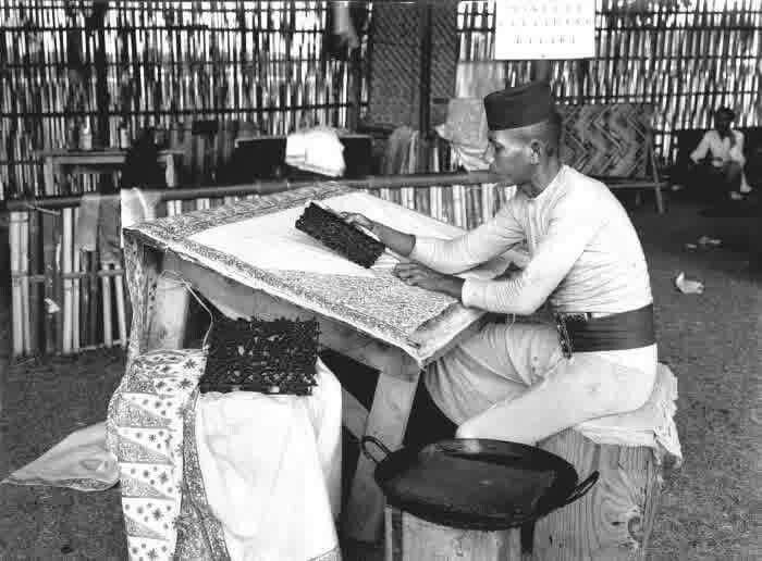 Seorang pekerja membuat batik cap di Tanah Abang, Batavia 1920an