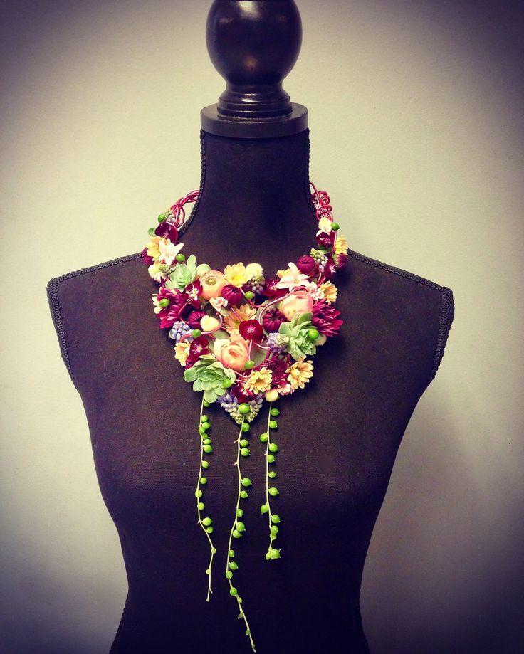 Kleurrijke halsketting van bloemen en succulenten op een frame van aluminiumdraad. #halsketting #necklace #flowernecklace #bloemenketting #floralnecklace #bloemen #bloemschikken #floralstyling #floraljewelry #flowerjewelry #bloemschikken #flowerart #floralart