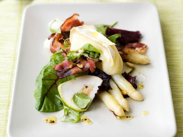 Slaatje met asperges, peer en lauwwarme brie - Libelle Lekker!