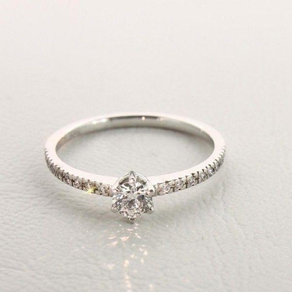 Hauptstein 0,25 Karat und 16 Diamanten á 0,005ct auf der Ringschiene! Der Classic Pavé #love #forever #classic #ring #diamond