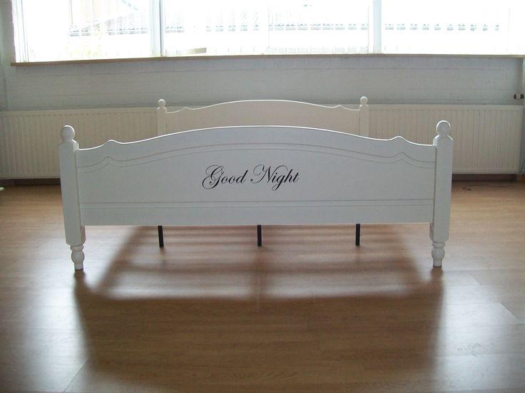 Geheel gerestyld oud grenen bed. 180x200 cm. Dit bed wordt verkocht inclusief twee lattenbodems (80x200). Mooie riviera tekst op het bed. Prijs €250,00