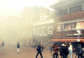 18-Jun-2014 13:23 - GROTE BRAND IN CENTRUM LEEUWARDEN. In het centrum van Leeuwarden woedt een grote brand. Er is veel rook. De brand is onder controle. De brand brak rond het middaguur uit in sushibar Kyo aan het Ruiterskwartier. Het is niet bekend of er gewonden zijn. Omwonenden wordt geadviseerd om vanwege de rookontwikkeling ramen en deuren te sluiten. De omgeving is afgezet. Afgelopen oktober verwoestte een brand een aantal woningen in het centrum van Leeuwarden. Een 24-jarige...
