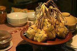 "INDONESIA BUANGET, makanan yg satu ini sejujurnya mengandung makna Filosofi bagi masyarakat Indonesia "" KUPAT/KETUPAT""  merupakan perwujudan sebagai ungkapan lambang peermohonan maaf mewakili  jiwa masyrakat khususny daerah jawa. Resep Lepet Ketan Kacang Tolo lebaran  Resep Lepet Ketan Kacang Tolo lebaran -resep masakan yang satu ini pasti ada di hari raya lebaran, tentunya kesukaan anda anda semua, bagi anda yang belum pernah membuat lepet ketan kacang tolo jangan khawatir berikut dibawah…"