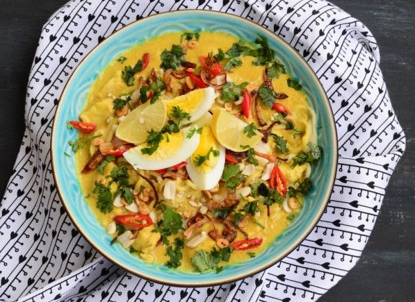 Burmese Khow Suey - In this #recipe the noodles are served in a soup gravy along with coconut milk and chicken or beef. http://www.mapsofworld.com/travel/blog/recipes/burmese-khow-suey-recipe
