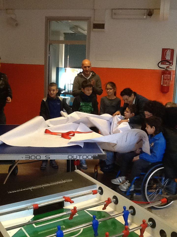 Istituto Comprensivo Ilaria ALpi di Torino - Scuola primaria Deledda - il calcio balilla accessibile a tutti donato da Cittadinanzattiva e UILDM