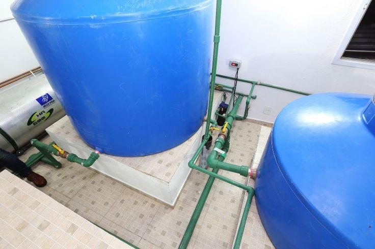As caixas d'água (Acqualimp) pedem base própria, a fim de regular o nível em relação às tubulações. O tubo metálico (à esq.) conduz a água quente oriunda do sistema de aquecimento solar, que está sobre o telhado e que conta com aquecedor de apoio a gás. O reservatório maior é para água potável, e, o menor, armazena a água de reuso, já tratada e pronta para ser redistribuída. A casa Campinas tem projeto de arquitetura assinado por Teresa d'Ávila