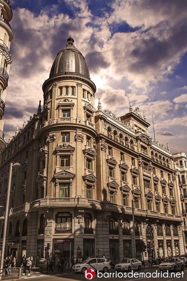 ¿Sabías que la Gran Vía de Madrid está compuesta por un total de 78 edificios? En la foto, Círculo de la Unión Mercantil e Industrial, uno de nuestros edificios favoritos. © www.barriosdemadrid.net #Madrid #Fotografía #Arquitectura