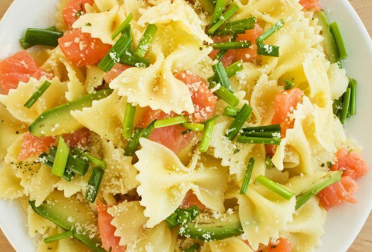 La ricetta per preparare la pasta fredda con avocado e salmone affumicato, un primo fresco e gustoso perfetto per pranzi e cene