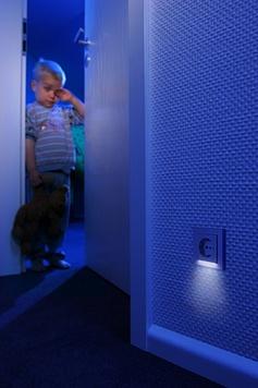 La toma de corriente con luz de orientación LED vienen con un sensor crepuscular que enciende automáticamente la luz cuando esta oscuro y la desconecta cuando hay suficiente luz natural.