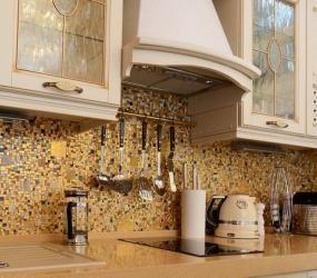 Золотистая мозаика на кухне