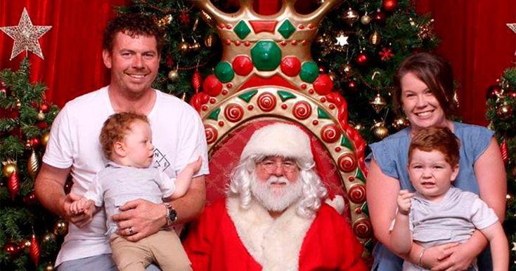 Женщинабыла необычайно смущена, увидев неловкий казус на семейной фотографии с Санта-Клаусом.