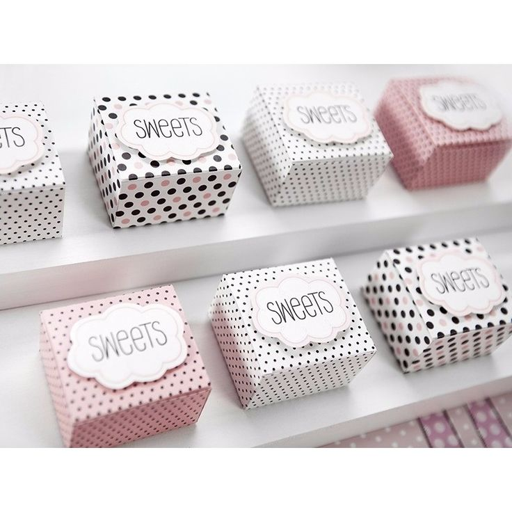 Snoep en bonbon doosjes met stippen 6 stuks. Kartonnen doosjes met stippen en de tekst: Sweets. Leuk om bijvoorbeeld snoep of bonbons in te doen als bedankje! U ontvangt 6 doosjes in een mix van 3 ontwerpen. Formaten: ongeveer 6 x 5 cm en 4 x 4 cm.
