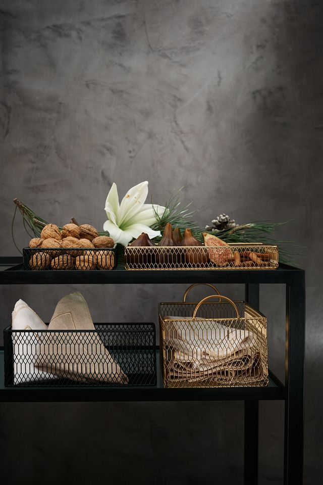 Take cues from the minimalistic design trend using pared-down patterns, high-shine metallics and neutral hues. | H&M Home