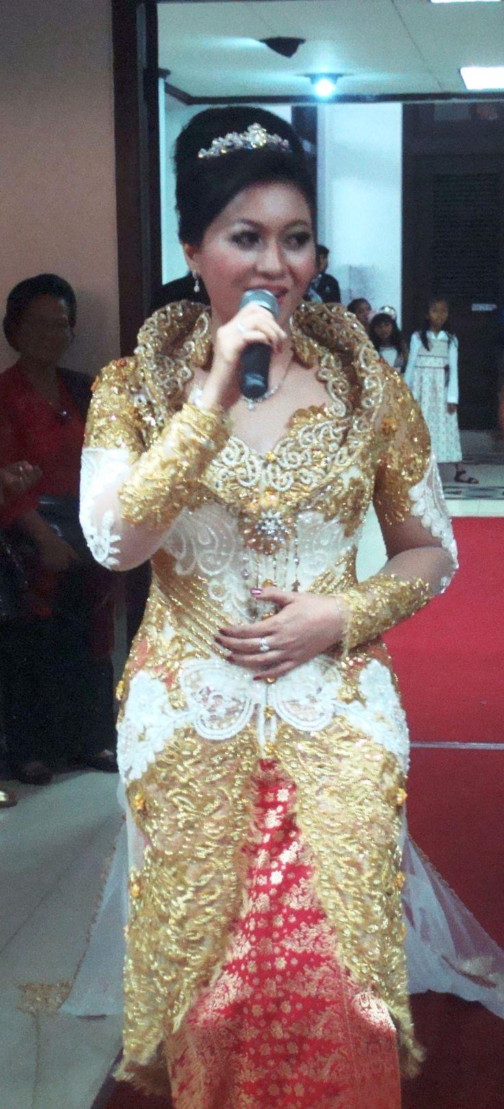gold n white kebaya