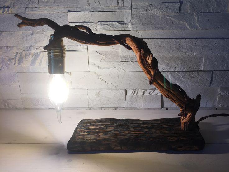 Lampada artigianale in legno di recupero lavorato e spazzolato. Con lampadina led vintage e filo di corda.