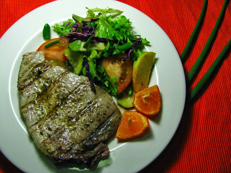 Bife de atum grelhado com molho de alho e ervas