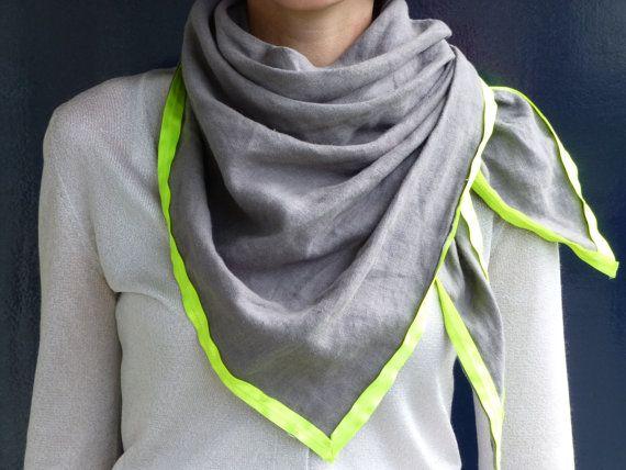 Grijze Driehoek Sjaal met Neon Gele Rand  NIEUWE door StudioBin, €39.00