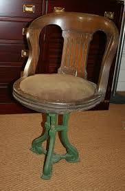 Oude scheepsstoel op gietijzeren voet. Door het gat aan de onderkant werd de stoel vastgezet aan het dek. Deze stoel is 80 a 90 jaar oud