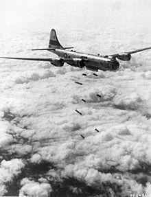 B-29 du 19th Bomb Group au-dessus de la Corée du Nord en août 1951. Cinq groupes de bombardement et un de reconnaissance du Strategic Air Co...