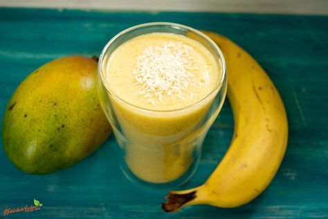 Bananen-Mango-Kokos Smoothie Dieses leckere Rezept für einen Smoothie aus Mango, Banane und Kokosmilch ist wunderbar leicht und lecker. Ebenso ist dieser Smoothie vegan und kann sowohl eisgekühlt im Sommer als auch sonst im Jahr getrunken werden.