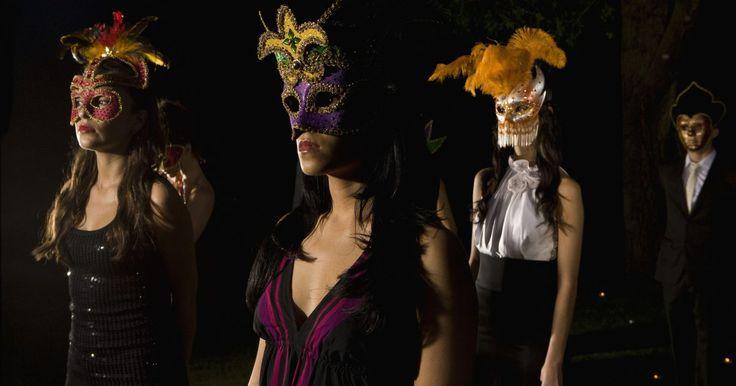 Ideas de disfraces para tres personas . Las fiestas de disfraces son populares en Halloween, pero se pueden realizar en cualquier momento del año. Si vas a asistir a una fiesta de disfraces con una pareja de amigos y les gustaría ir como un trío, imaginar ideas de disfraces para tres personas solo está limitado por tu imaginación. Puedes optar por la cultura pop o incluso la historia.