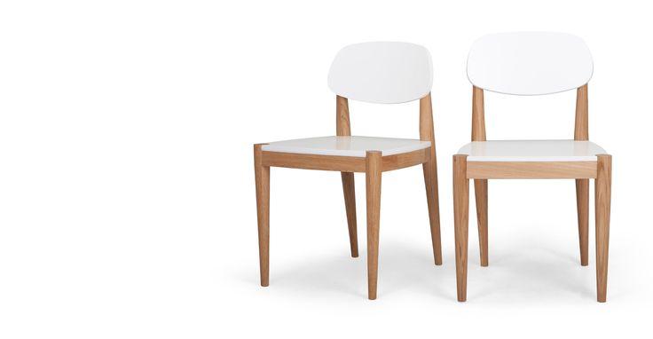 La paire de chaises Joseph chêne et et blanc est en chêne plaqué chêne et bois d'ingénierie.