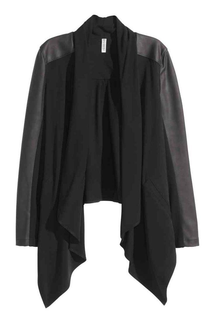 Casaco com gola xale: Casaco curto em tecido com encaixe nos ombros e nas mangas em pele sintética. Tem gola xale, bolsos laterais e mangas compridas com inserções de malha canelada. Sem forro.
