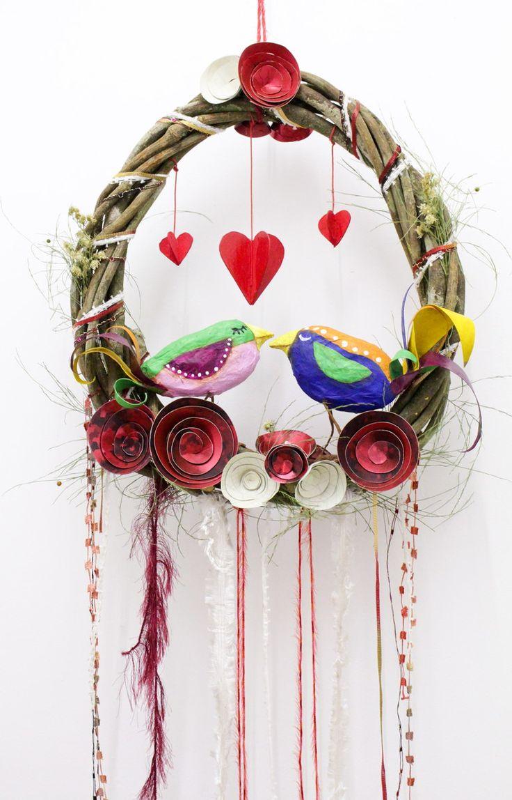 """Essa Guirlanda é um arraso!!! Fica incrível em decoração de casamento com um ar """"moderninho e boho chic""""! Ela pode ser colocada na parede ou pendurada no teto como um móbile... seus fios, fitas e cordinhas ficam voando enquanto ela gira! Love is in the air! Também pode ser usada em decoração de N..."""