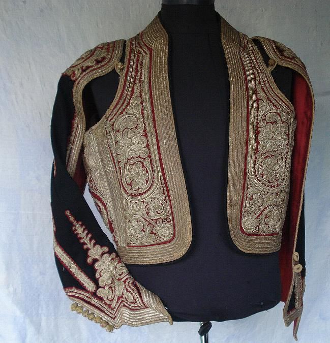 Late-Ottoman 'kartal kollu cepken' (jacket with eagle sleeves; also called: 'yaprak kollu' = leaf sleeves), for men. Also called: 'camedan'. Gold thread embroidery on combing wool. 19th century.