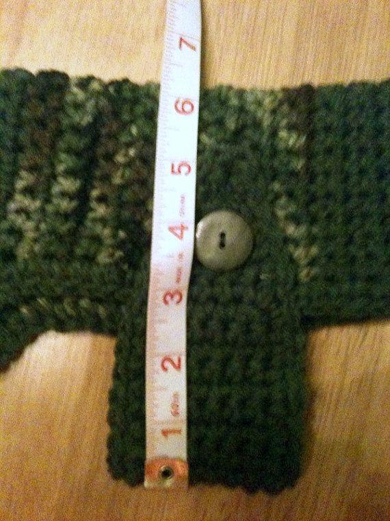 Deze camouflage hand-haakwerk trui met haar salie groene accenten zal zijn schattig op uw kleine viervoetige vriend! De lengte van de rand van de hals tot aan het einde is 9 1/2. De lengte rond het lichaam is 13(en de band zou kunnen strekken tot 14-15-inch). De opening van de hals is 8 en kunt uitrekken naar de 11-12. De breedte over de rug van de trui isabout 7. Enten boven de hond. hoofd, en de band gaat onder de borst en wordt uitgelijnd aan de zijkant. Het decor van de knop geeft het…