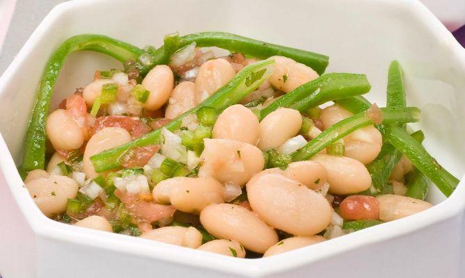 Ensalada de alubias blancas, judias verdes, tomate, pimiento verde y cebolla - ¿añadir huevo duro?