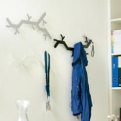 Voor het ontwerp van Trendy Kapstokken; Van Esch Tree Hooked wandkapstok lieten designers Alissia Melka-Teichroew en Jan Habraken zich inspireren door een bloemenpatroon dat ze tijdens een reis door Europa ergens op een muur zagen.