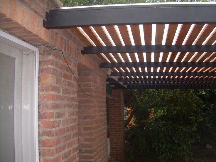 Pergola de hierro madera y policarbonato para dos autos for Casas con cobertizos
