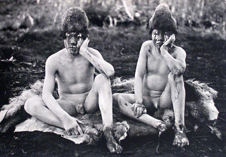 """Intimidad e inmediatez fotográfica""""- Jóvenes iniciados durante la ceremonia del Hain. Selknam. Tierra del Fuego. Fotografía de Martín Gusinde. 1919-1923"""