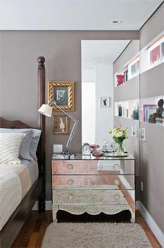 cômoda espelhada e parede cinza