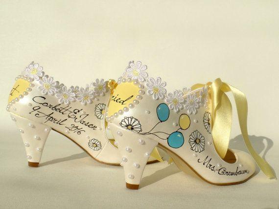 Sobre su orden de etsy, vas a recibir un correo electrónico de shopier incluyendo el enlace de pago. Aceptamos pagos con tarjeta de tarjeta de crédito y débito desde este enlace a través de la aplicación de ETSY de SHOPIER.  Te espera pintar sus retratos y diseñar zapatos especialmente personalizados para sus bodas, compromisos, aniversarios o cualquier otro evento especial.  Listado estilo de zapato: 7, 5cm. (3) talones, con cintas amarillo del satén en color marfil.  Zapatos bonitos para…