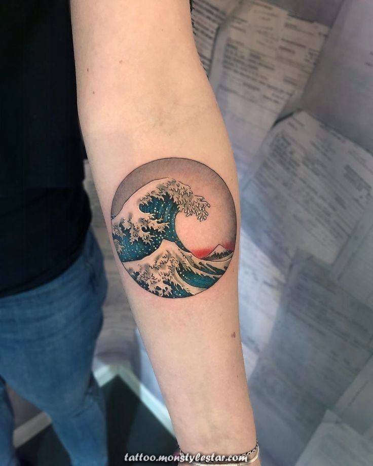 Great Wave Tattoo Meanings And Choices For The Ocean Lover Butterflytattoo Choices Great Halfbu In 2020 Waves Tattoo Japanese Wave Tattoos Wave Tattoo Wrist