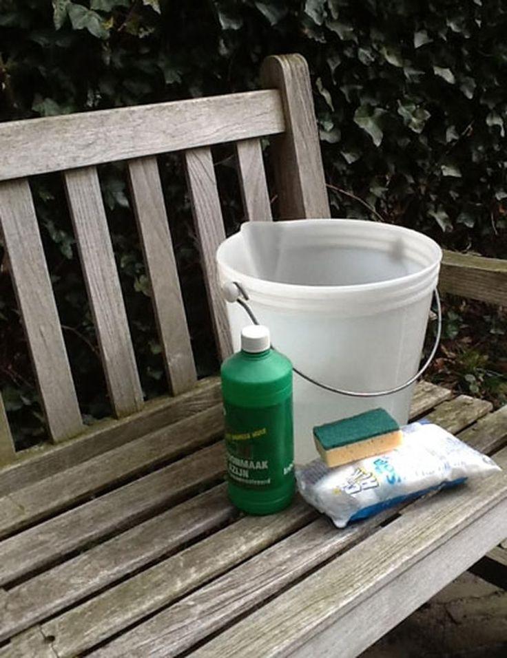 Foto: Erger je je ook elk jaar wild aan de groene aanslag op je houten tuinbank? Gebruik schoonmaakazijn (4x zo geconcentreerd als natuurazijn) en soda (nooit in combinatie met elkaar gebruiken!). Besproei de tegels op een droge dag met pure azijn, laat 2 of 3 dagen intrekken en boen schoon. Of gebruik verdunde soda (1 kilo soda op 5 liter water). bron Garden tijdschrift. Geplaatst door sajhen op Welke.nl