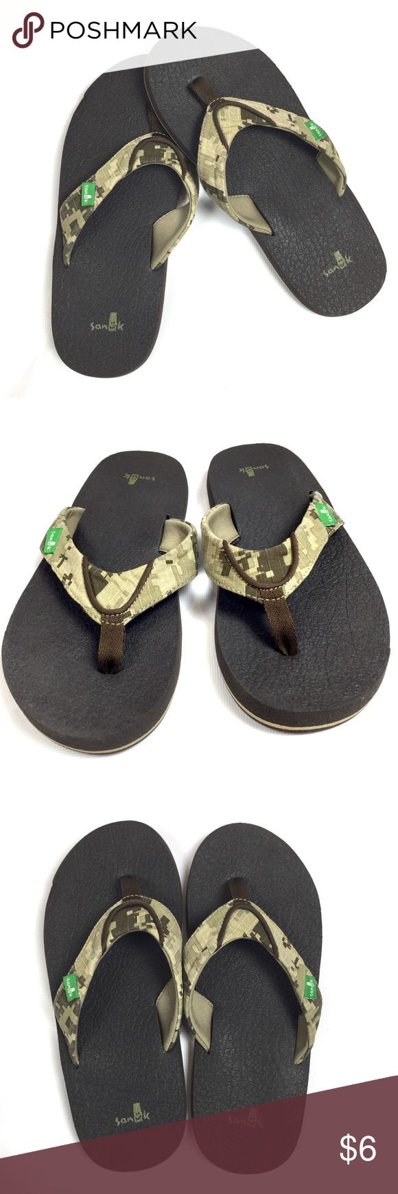 "GENTLY USED SANUK BOY'S FLIP FLOPS SIZE 5-6 USED ONCE  SANUK CAMO BROWN FLIP FLOPS IN BOY'S 5-6 USA, UK 4-5  LENGTH: 10"", 4"" WIDTH TOP OF FLIP FLOP, NEAR HEEL 3""  CLEAN, NO STAINS, TINY WEAR AT TOP OF SANDAL ON BOTTOM  SMOKE-FREE-HOME Sanuk Shoes Sandals & Flip Flops"