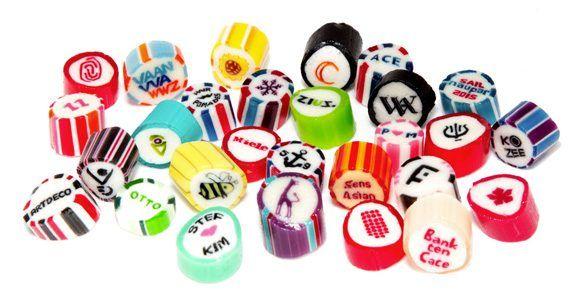 Papabubble zijn vrolijk gekleurde, handgemaakte snoepjes. En je kunt ze bestellen met jouw eigen logo!