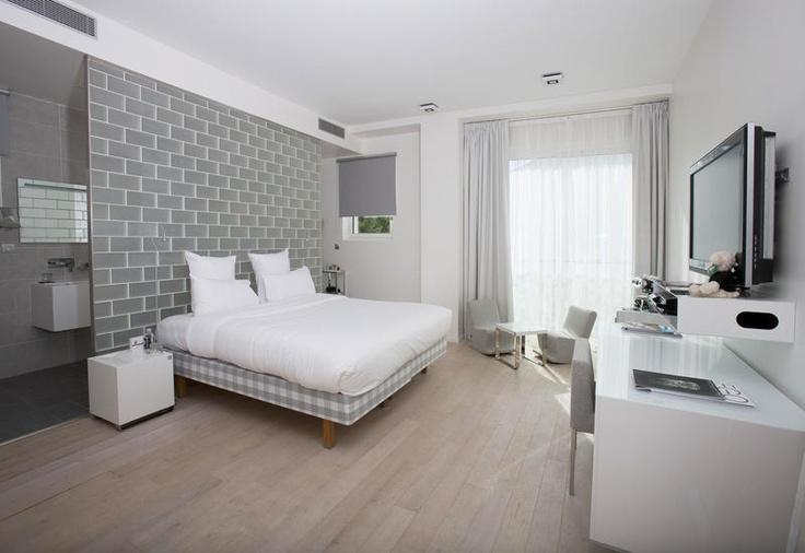 KUBE Hotel Gassin is een uniek hotel, een zusje van het bekende KUBE in Parijs en eveneens getooid met het Designhotel-label. Het combineert de rust van de Mediterranée met het elegante van de Côte d'Azur. 'Laissez-faire luxe' is hier het ordewoord, zodat u zich in een complexloos strandresort waant. Uw kamer is een toonbeeld van exclusief design, met een strak helderwit interieur dat contrasteert met de andere tonen in het resort: blauw, chroom, zwart en indigo. Officiële categorie ****