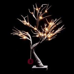 Wygięte drzewko Steve szwedzkiej marki Markslojd, pokryte białym puchem do złudzenia przypominającym śnieg. Zasilanie bateryjne oraz transformatorowe. 36 diod LED, 6h ciąglej pracy, 18h czuwania.