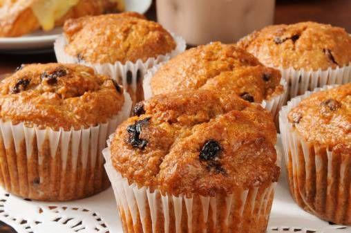 I muffin integrali al miele sono una versione 'light' dei muffin tradizionali, ma resi ugualmente deliziosi dal miele e dal dolce sapore dell'uvetta.