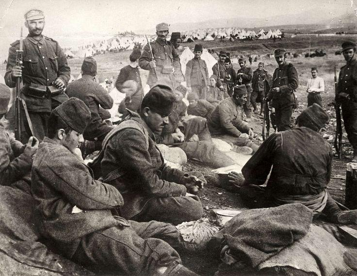 """In de Balkan werd er veel gevochten. Dit was echter vóór de WO 1. Over de Balkan """"heersten"""" Oosterijk-Hongarije, Turkije (osmanen) en Rusland. Deze landen waren vaak in oorlog met elkaar. En toen Servië (Gavrilo), O-H aanviel was het voor Oosterijk-Hongarije zeker: Het Wordt Oorlog  (dit plekje gepikt - Licht tussen O-H en SER in)"""